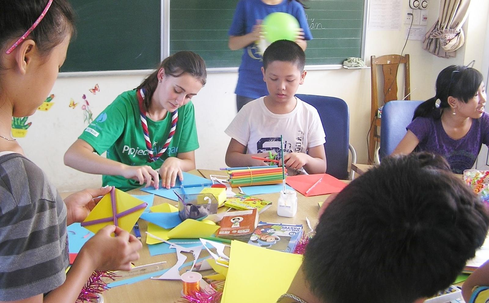 ベトナムの子供たちと図画工作を行う高校生ボランティア